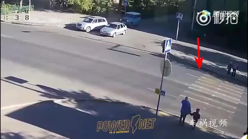 监控拍下母子俩过马路,走到一半女子突然往回跑,悲剧发生了!
